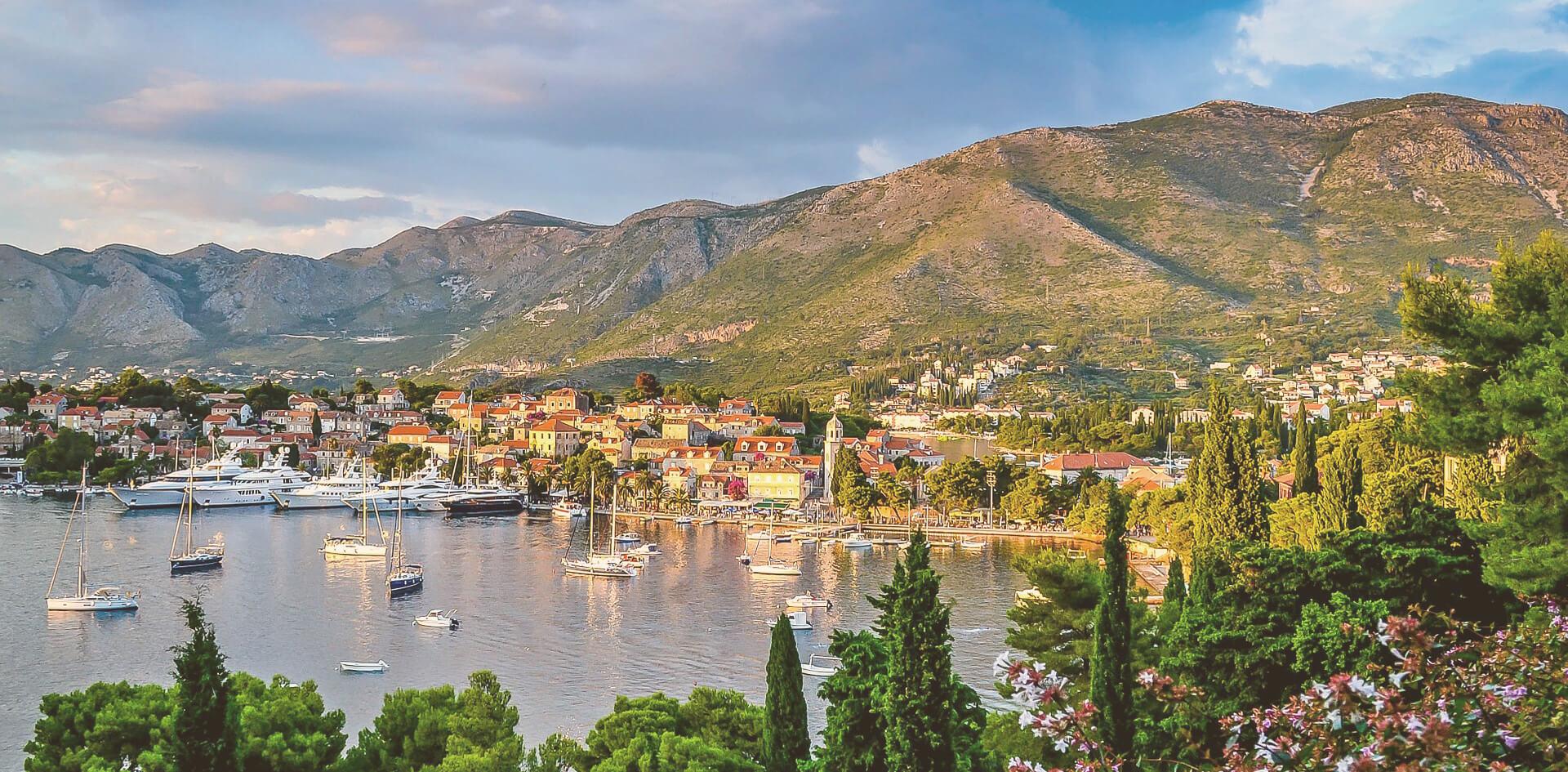 Uitzicht Slovenië berg en zee met bootjes en huizen