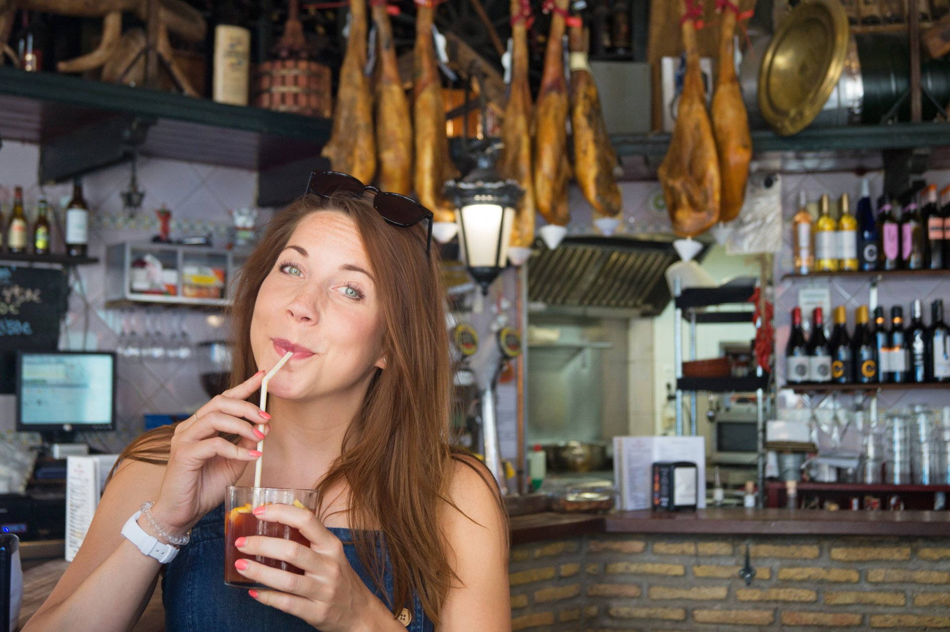 Sangria drinken in authentieke tapasbar in Sevilla