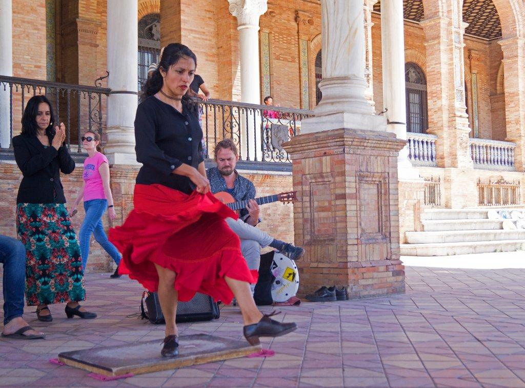 Dansende vrouw met rode rok Sevilla