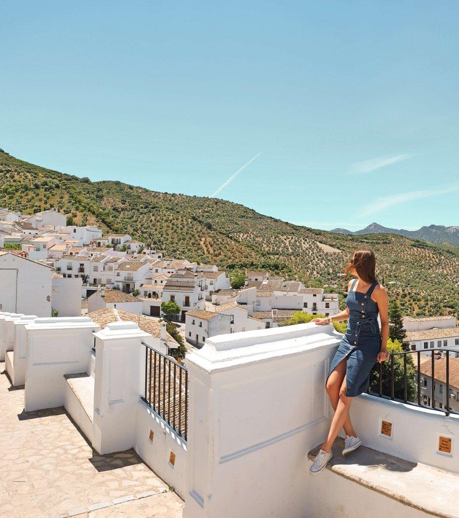 witte huisjes met oranje daken en groene bergen roadtrip Zuid-Spanje