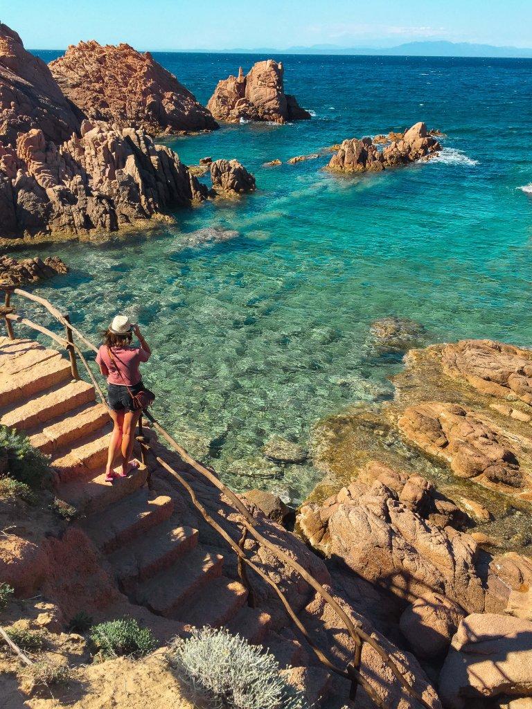Bruine rotsen en groen blauwe zee roadtrip Sardinie