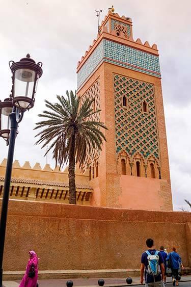 Moskee met palmboom in Marrakech