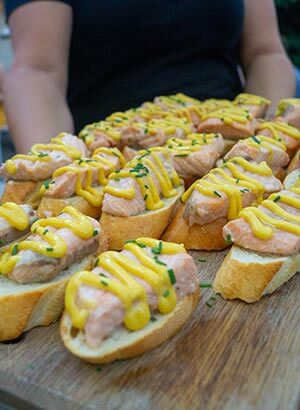 Broodje zalm met kerriesaus