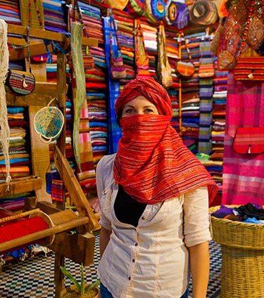 Vrouw met gekleurde sjaals in medina Fez