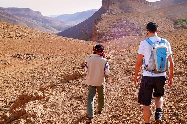 Twee mannen wandelen in bergen van Marokko