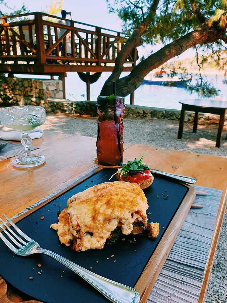 Moussaka eten bij Nobelos seaside restaurant op Zakynthos