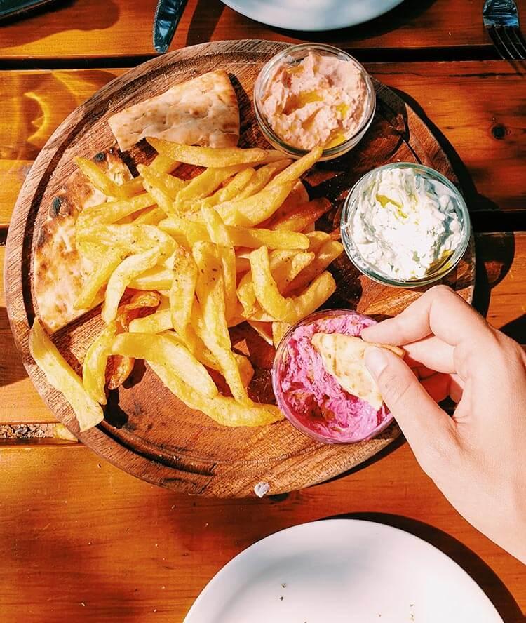 Friet en pitabrood met dipsausjes eten in Griekenland
