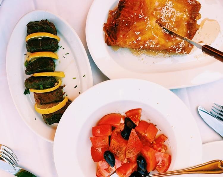 Typisch Griekse gerechten dolmades  en gebakken feta
